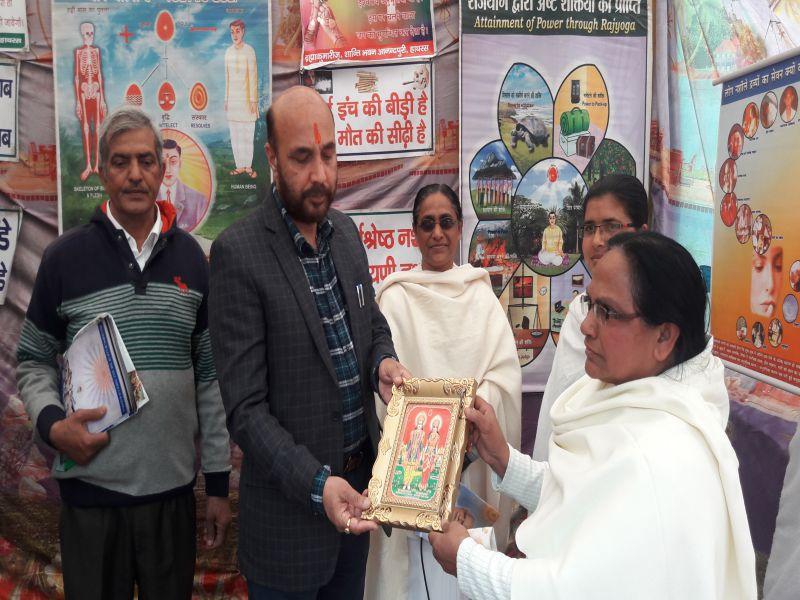 इगलास (उत्तर प्रदेश ): व्यसन मुक्ति एवं शिव दर्शन आध्यात्मिक प्रदर्शनी